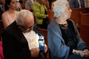 abuelito-toma-foto-escondidas-esposa-1